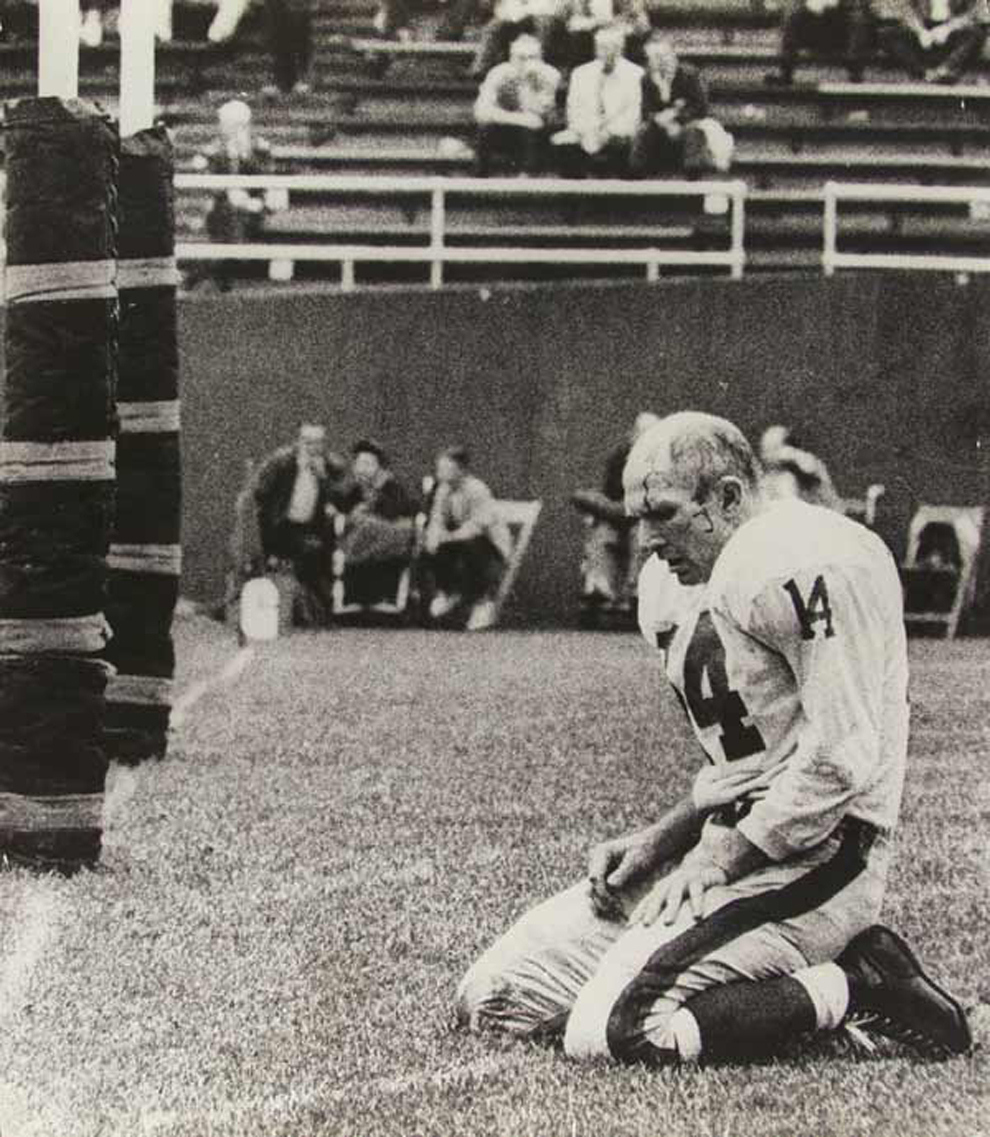 Most Iconic Sports Photos Y.A. Tittle In His Last NFL Season